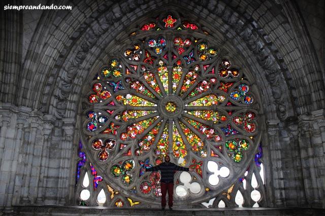 Espectacular vitró dentro de la Basílica del Voto Nacional