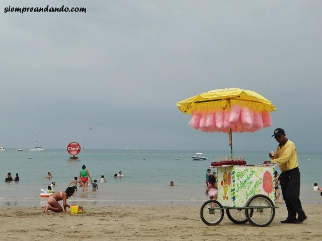 Uno de los tantos vendedores en la playa de Salinas