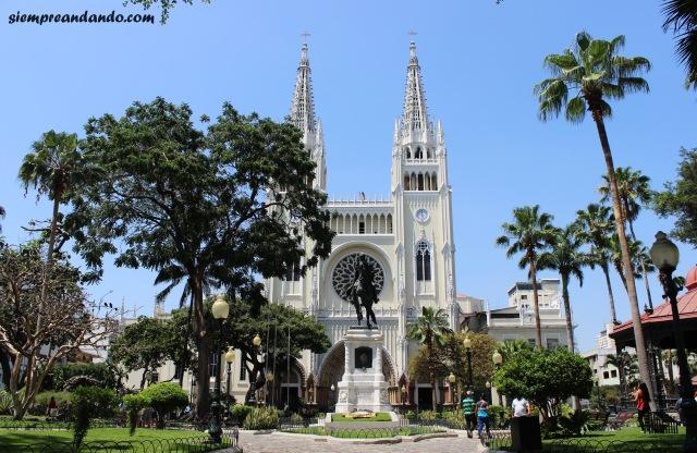 La Catedral junto al Parque Bolívar