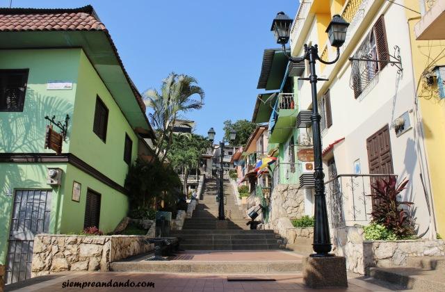 Las escaleras hacia la cima del Cerro Santa Ana, en el barrio Las Peñas