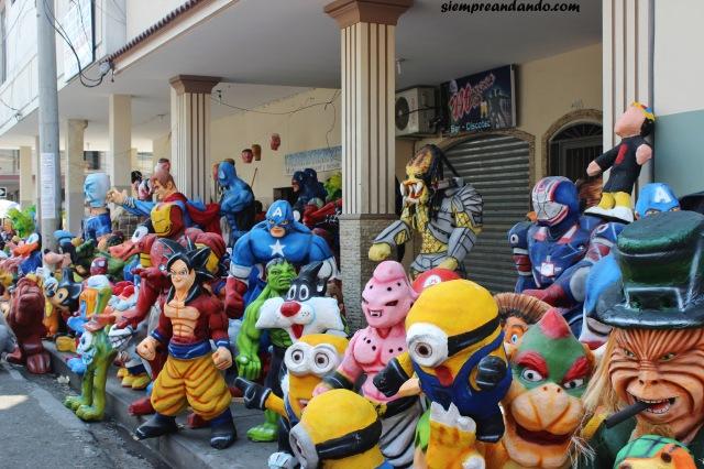 La venta de muñecos para quemar en año nuevo (calle 6 de marzo, Guayaquil)