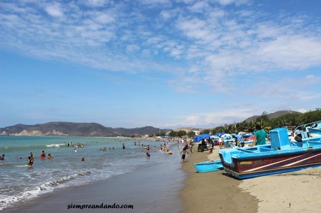 La playa de Puerto López con sus barcos pesqueros