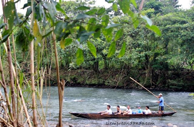 De paseo en canoa por el Río Puyo.