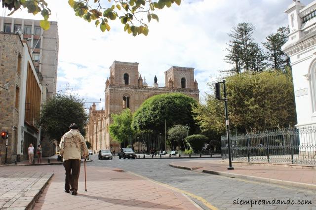 El Parque Calderón con la catedral nueva, el corazón del centro histórico de Cuenca.