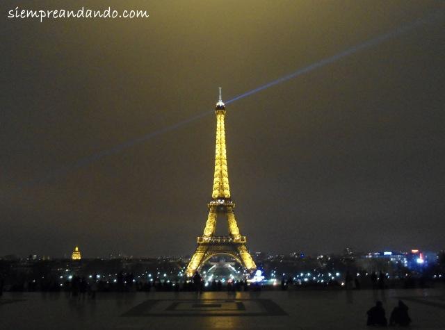 La Torre Eiffel iluminada de noche