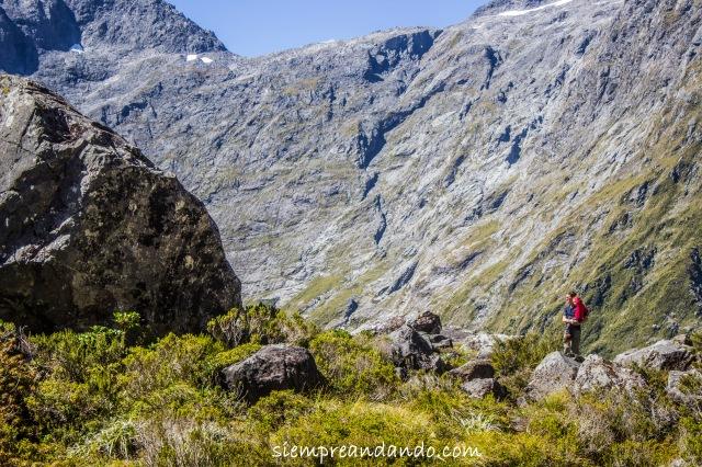 Un padre y su hijo aprecian el paisaje en algún rincón del Fiordland National Park.