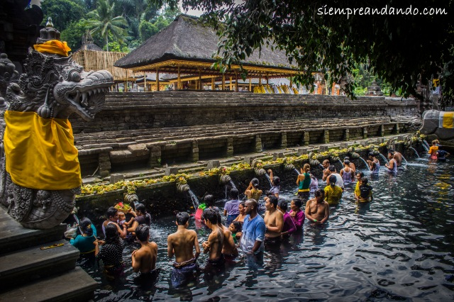 Baño en las aguas sagradas del templo Tirta Empul, Bali, Indonesia (2015).